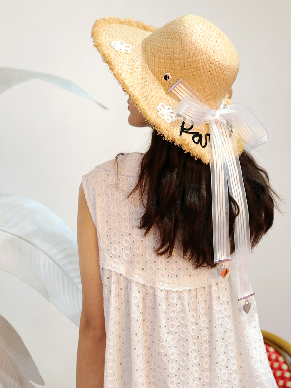 [VVV x WHITESANDS] PARADAISE WHITE FLOWER RIBBON RAFFIA HAT